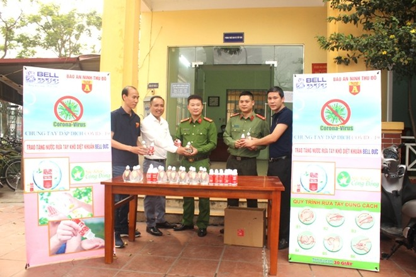 Hàng trăm chai nước diệt khuẩn đã được Báo ANTĐ và đơn vị đồng hành trao tặng CBCS CAP Dịch Vọng