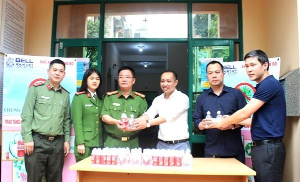 Trung tá Nguyễn Xuân Vượng, Trưởng CAP Trung Hòa (thứ 3 từ trái sang) cho biết, trên địa bàn có số lượng người nước ngoài đông, những lọ nước rửa tay diệt khuẩn vô cùng cần thiết cho mỗi CBCS trong khi đi làm nhiệm vụ cũng như tiếp công dân tại trụ sở