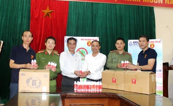 Ông Nguyễn Ngọc Anh, Phó Chủ tịch UBND phường Dịch Vọng (đứng thứ 3 từ trái sang) trân trọng cảm ơn sự hỗ trợ kịp thời của Báo ANTĐ và nhãn hàng Bell Đức trong công tác phòng, chống dịch trên địa bàn