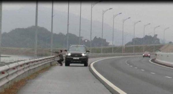 Lái xe dừng phương tiện lại xách súng xuống để vô tư bắn chim trên cao tốc bất chấp nguy hiểm