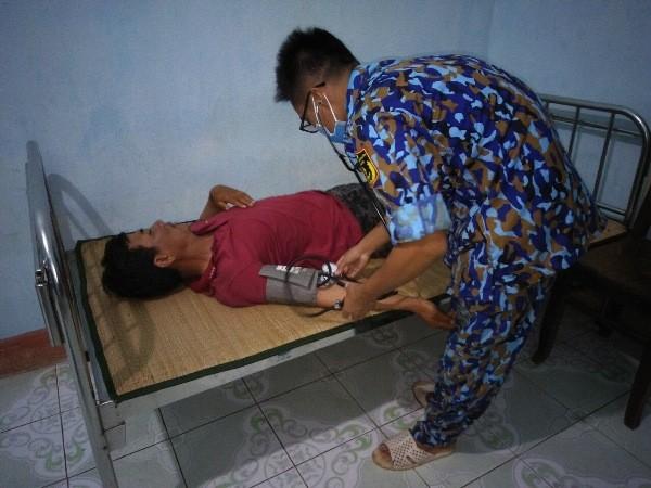 Quân y đảo Sơn Ca cấp cứu ngư dân bị tai nạn trên biển