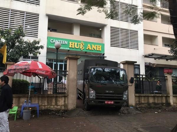 Những chiếc xe quân đội đặc chủng vận chuyển đồ đạc, hàng hóa cung cấp phục vụ cho công tác ăn, nghỉ, lưu trú cách ly của người dân trong tòa nhà