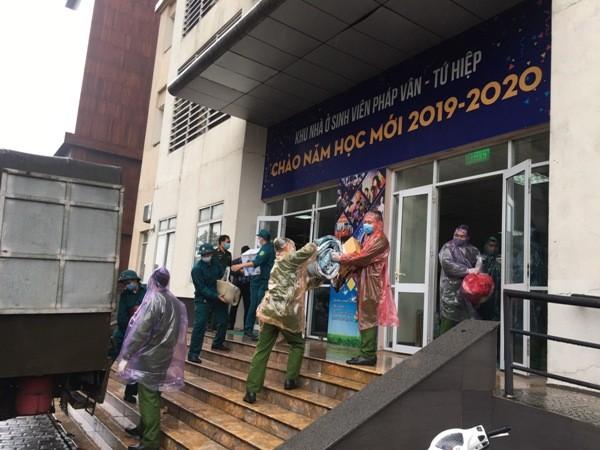 CAP Hoàng Liệt cùng với lực lượng chức năng tổ chức di chuyển đồ đạc của sinh viên để nhường những căn phòng trong tòa nhà phục vụ việc cách ly