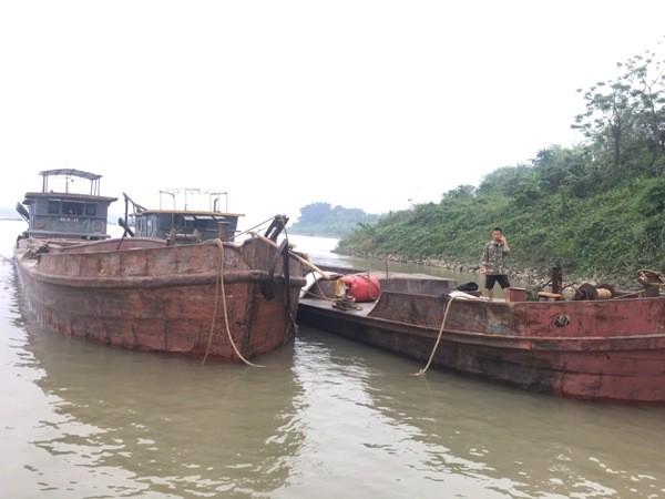 Hai phương tiện thủy khai thác cát trái phép trên sông Hồng bị CSGT đường thủy phát hiện bắt giữ