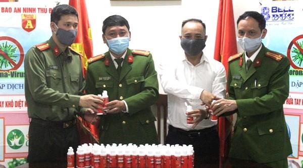 Trao tặng 1.500 chai nước rửa tay diệt khuẩn cho Công an quận Hoàn Kiếm chống dịch Covid-19 ảnh 2
