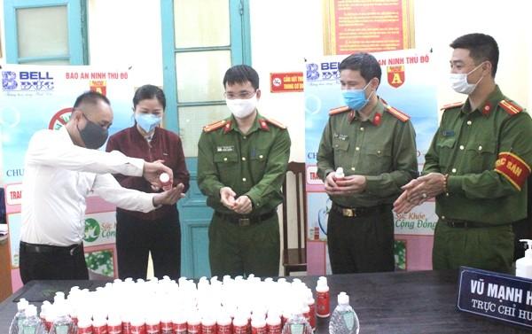 Trao tặng 1.500 chai nước rửa tay diệt khuẩn cho Công an quận Hoàn Kiếm chống dịch Covid-19 ảnh 4