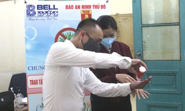 Trao tặng 1.500 chai nước rửa tay diệt khuẩn cho Công an quận Hoàn Kiếm chống dịch Covid-19 ảnh 6