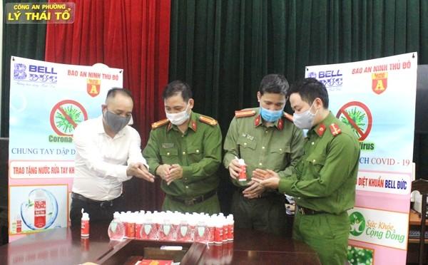Trao tặng 1.500 chai nước rửa tay diệt khuẩn cho Công an quận Hoàn Kiếm chống dịch Covid-19 ảnh 3