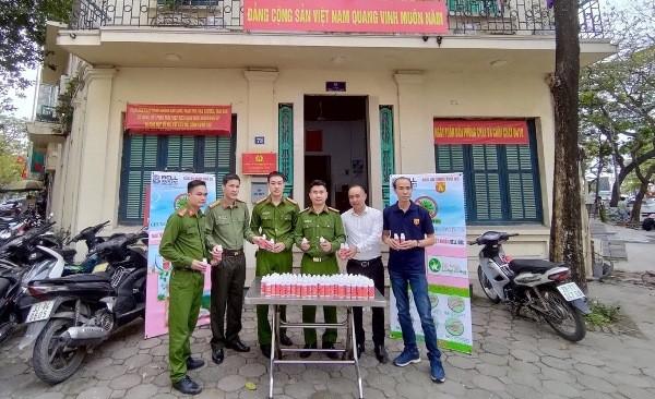 Trao tặng 1.500 chai nước rửa tay diệt khuẩn cho Công an quận Hoàn Kiếm chống dịch Covid-19 ảnh 1