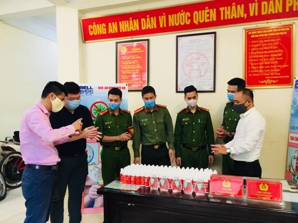 Trao tặng 1.500 chai nước rửa tay diệt khuẩn cho Công an quận Hoàn Kiếm chống dịch Covid-19 ảnh 5