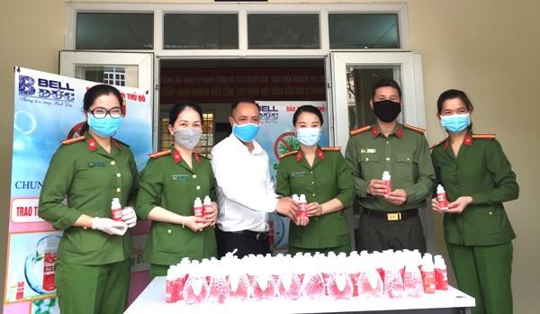 Hàng trăm chai nước rửa tay diệt khuẩn trong tổng số gần 2000 chai cũng đã được trao tặng Đội Cảnh sát QLHC về TTATXH - CAQ Hoàng Mai