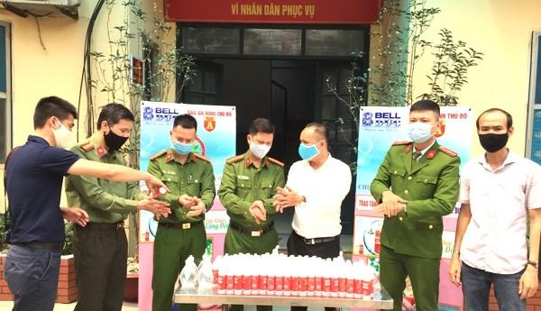 Các CAP Mai Động, Giáp Bát, Hoàng Liệt... cũng được Báo ANTĐ và đại diện nhãn hàng Bell Đức trao tặng cả nghìn chai nước rửa tay diệt khuẩn