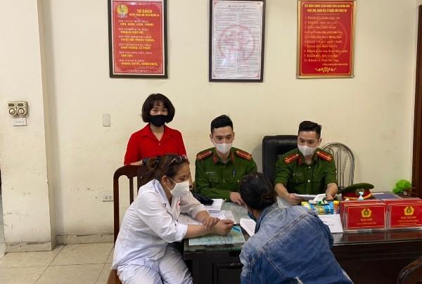 Thành viên Ban chỉ đạo phòng, chống dịch Coivid-19 phường Hàng Trống lập biên bản xử phạt trường hợp không đeo khẩu trang nơi công cộng