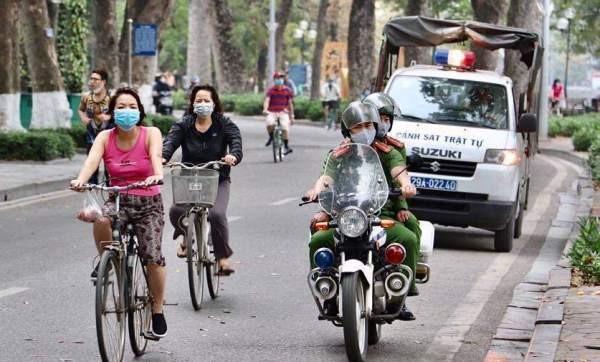 Lực lượng CSGT, TT CAQ Hoàn Kiếm tăng cường tuyên truyền nhắc nhở người dân đảm bảo sức khỏe, phòng dịch Covid-19