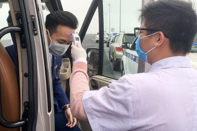 Lực lượng y tế kiểm tra thân nhiệt của các lái xe, có sự hỗ trợ của CSGT tại các tuyến Quốc lộ