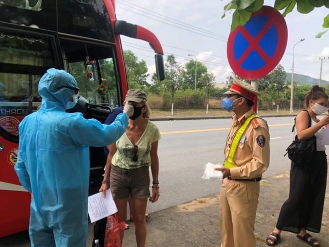 Những du khách nước ngoài cũng được kiểm tra kỹ nhằm kịp thời phát hiện và cách ly trong trường hợp nghi nhiễm để đảm bảo an toàn cho du khách