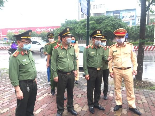 Trung tướng Đoàn Duy Khương, Giám đốc CATP Hà Nội chỉ đạo các lực lượng thực hiện nghiêm công tác cách ly xã hội, giám sát, phòng, chống dịch bệnh Covid-19