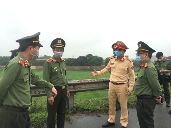 Đại tá Dương Đức Hải, Trưởng Phòng CSGT báo cáo với Giám đốc và Phó Giám đốc về công tác thực hiện nhiệm vụ của CBCS tại 30 chốt dã chiến