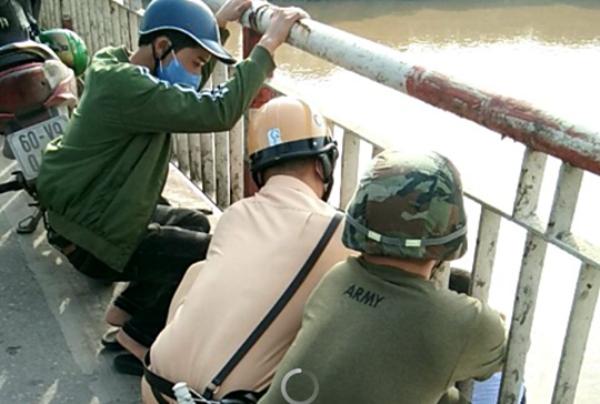 CSGT cùng người dân đã kịp thời lôi được nam thanh niên định nhảy cầu tự tử