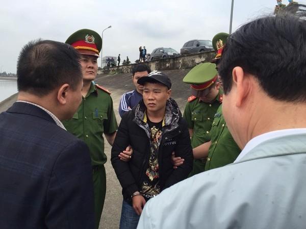 Trước cái uy của cơ quan thực thi pháp luật cũng như những chứng cứ không thể chối cãi, đối tượng Trung đã phải thành khẩn khai báo nơi cất giấu khẩu súng