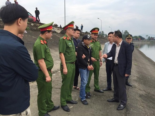 Đại tá Nguyễn Thanh Tùng, Phó Giám đốc - Thủ trưởng Cơ quan CSĐT CATP Hà Nội cùng Đại tá Nguyễn Bình trực tiếp hỏi cung đối tượng tại hồ Đại Lải
