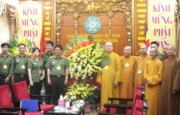 Trung tướng Đoàn Duy Khương, Ủy viên Ban Thường vụ Thành ủy, Bí thư Đảng ủy, Giám đốc CATP Hà Nội chúc mừng Trung ương Giáo hội Phật giáo Việt Nam nhân dịp Đại lễ Phật đản 2020