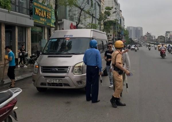 Đội CSGT số 4 cùng lực lượng TTGT tăng cường kiểm tra, xử lý nghiêm xe khách vi phạm