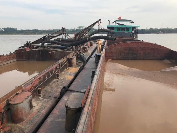 Hàng loạt phương tiện khai thác cát trái phép trên sông Hồng đã bị CSGT phát hiện, xử lý