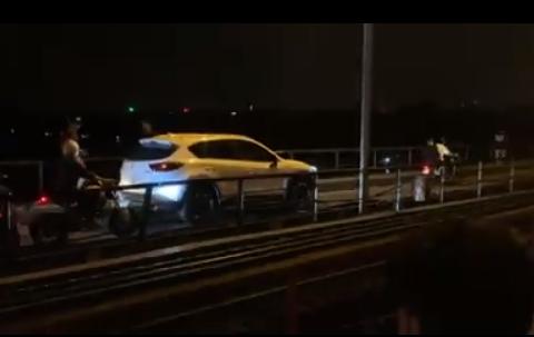 Chiếc xe ô tô vi phạm khi đi trên cầu Long Biên gây ùn tắc giao thông, nguy cơ xảy ra TNGT rất lớn