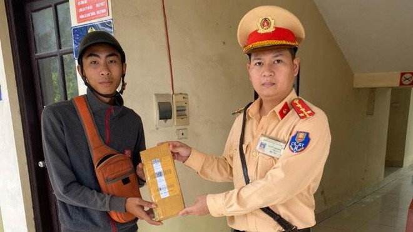 Anh Thuận vui mừng khi nhận lại gói hàng đánh rơi được CSGT nhặt được liên hệ trao lại
