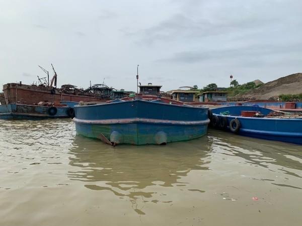 Có ít nhất khoảng hơn 10 phương tiện khai thác, vận chuyển, san chứa cát trái phép trên sông Hồng đã bị lực lượng CATP Hà Nội phát hiện, bắt giữ