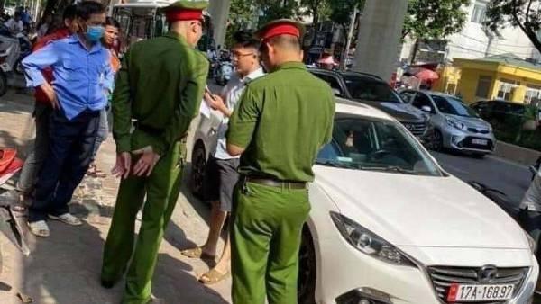 Lái xe vi phạm bị tổ công tác và người dân đuổi theo đưa về trụ sở CAP Dịch Vọng để xử lý về hành vi chống đối