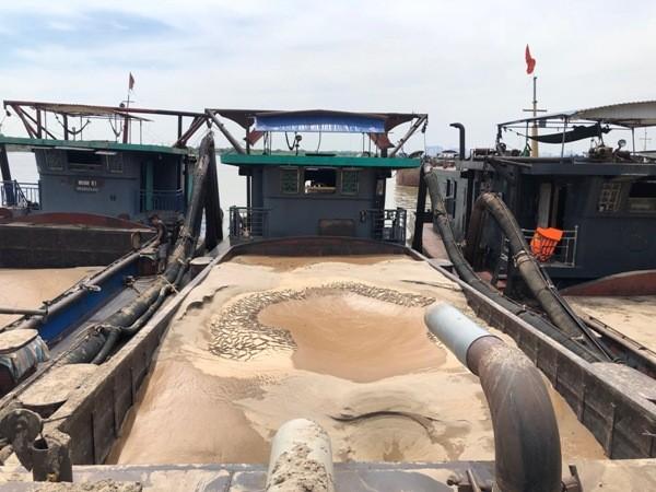 3 tàu khai thác với tổng trọng tải lên tới hàng nghìn tấn đục khoét lòng sông Hồng bị Phòng CSGT CATP Hà Nội phát hiện bắt quả tang