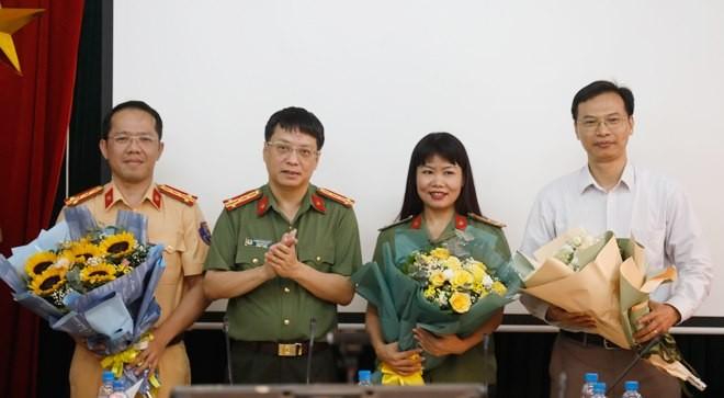 Đại tá Phạm Quang Khải, Tổng biên tập Báo CAND tặng hoa cảm ơn các khách mời tham dự Tọa đàm