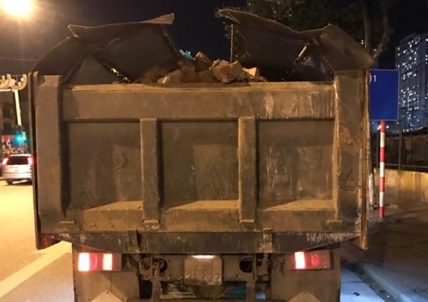 Việc lái xe tải không che chắn, chở đất cát rơi vãi trên đường tiềm ẩn nguy cơ xảy ra TNGT rất lớn