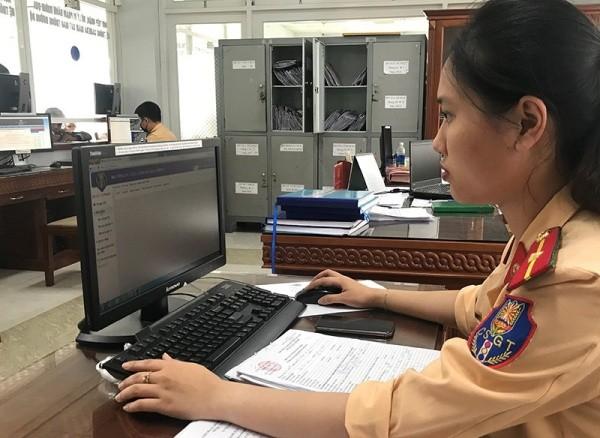 CSGT nhập dữ liệu vi phạm lên Cổng dịch vụ công Quốc gia nhằm phục vụ cho việc nộp phạt trực tuyến, giúp người dân thuận tiện trong xử phạt