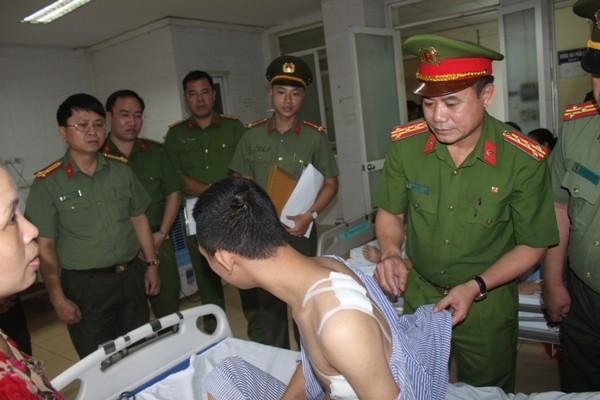 Đại tá Nguyễn Thanh Tùng ân cần thăm hỏi và chúc anh Phan Quốc Huy mau bình phục sức khỏe