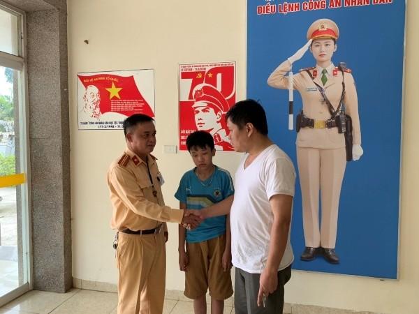 Anh Thành xúc động cảm ơn Đội CSGT số 11 đã giúp đỡ gia đình