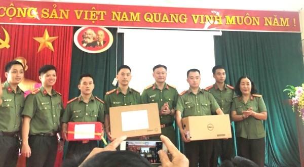 CAQ Hoàn Kiếm tặng Công an xã Xuân Lạc một bộ máy vi tính để phục vụ việc nhập dữ liệu dân cư...