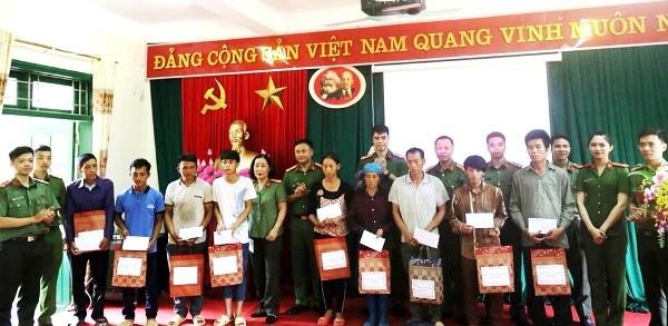 Trung tá Hoàng Trung Kiên, Phó trưởng CAQ Hoàn Kiếm cùng đại diện Hội phụ nữ, Đoàn Thanh niên, Công đoàn của đơn vị thăm, tặng quà cho các hộ có hoàn cảnh khó khăn của xã Xuân Lạc
