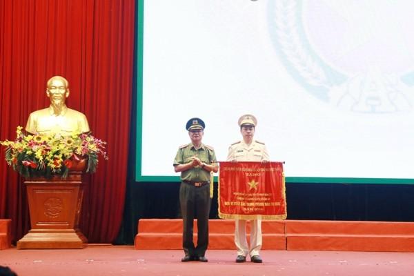 Thiếu tướng Đào Thanh Hải, Phó Phó Bí thư Đảng ủy, Phó Giám đốc CATP Hà Nội trao Cờ thi đua của Thủ tướng Chính phủ cho Phòng Cảnh sát ĐTTP về ma túy