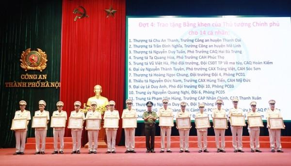 Thiếu tướng Nguyễn Anh Tuấn, Phó Giám đốc CATP Hà Nội trao Bằng khen của Thủ tướng Chính phủ cho 14 tập thể và cá nhân
