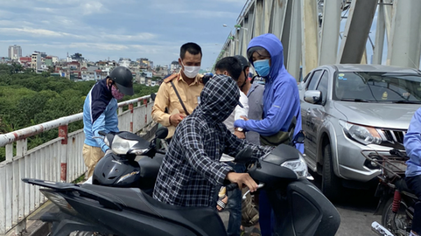 CSGT và người dân kịp thời ngăn chặn vụ tự tử trên cầu Chương Dương