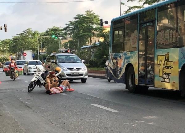 CSGT sơ cứu ban đầu đảm bảo an toàn, gọi xe cấp cứu đưa nạn nhân đến bệnh viện