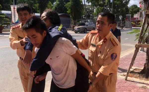 Lực lượng Cảnh sát giao thông đường thủy cùng các thuyền viên nhanh chóng cứu người gặp nạn trên sông