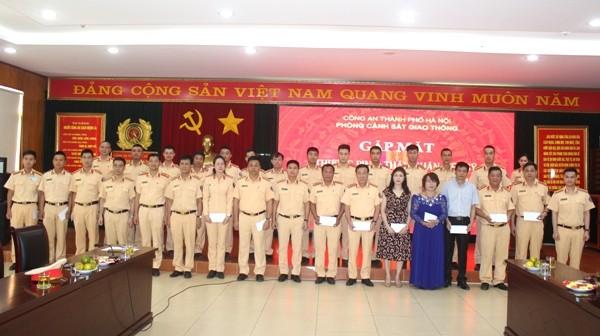 Ban chỉ huy Phòng CSGT tặng quà tri ân thân nhân các gia đình liệt sỹ, thương bệnh binh của đơn vị tại buổi gặp mặt