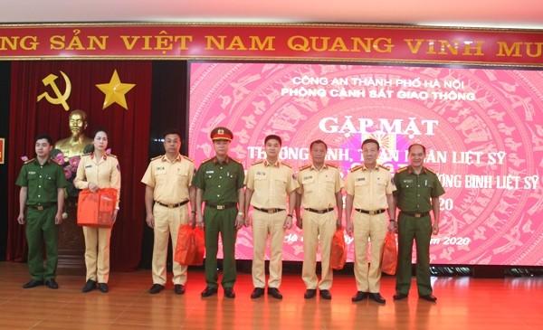 Đại tá Dương Đức Hải, Trưởng Phòng CSGT cùng đại diện Cụm thi đua số 3 trao quà tri ân đến con của các liệt sỹ hiện đang công tác tại Phòng CSGT