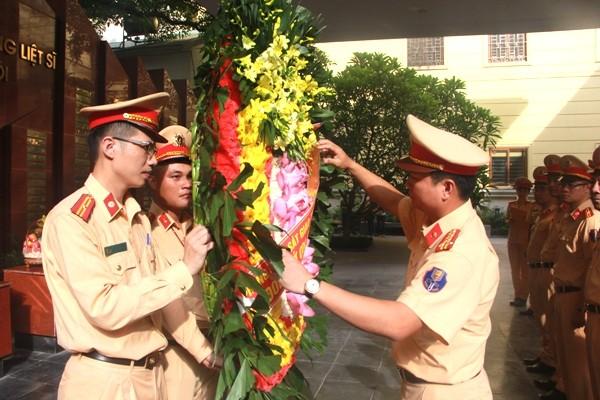 Phòng CSGT dâng hương, đặt vòng hoa tưởng niệm, tri ân công lao đóng góp vô bờ của các anh hùng, liệt sỹ Công an Thủ đô