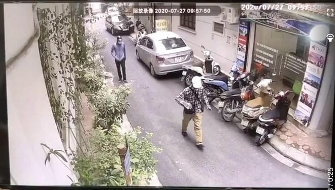 Hai đối tượng che gần kín mặt, đội mũ bảo hiểm đi vào khu vực ngân hàng BIDV