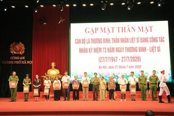 Trung tướng Đoàn Duy Khương, Giám đốc CATP Hà Nội trao tặng quà của CATP Hà Nội đến đại diện thân nhân các gia đình liệt sỹ, thương binh của CATP Hà Nội
